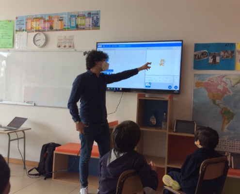 The teacher explains basic concepts of computer science through programming and computational teaching tools