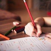 Bambina che svolge dei compiti di scuola