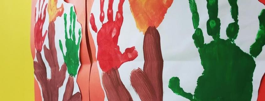 disegno di alberi con foglie fatte con impronte delle mani
